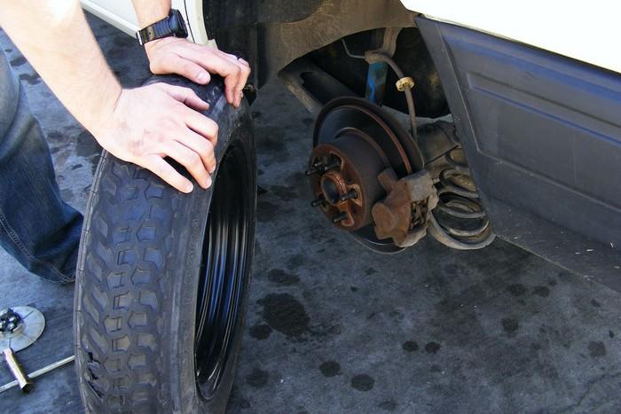 Apenas mudaremos dois pneus. Colocaremos os novos nas rodas dianteiras ou traseiras?