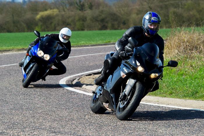 Motos e curvas (1): contra-brecagem e reacções de sobrevivência