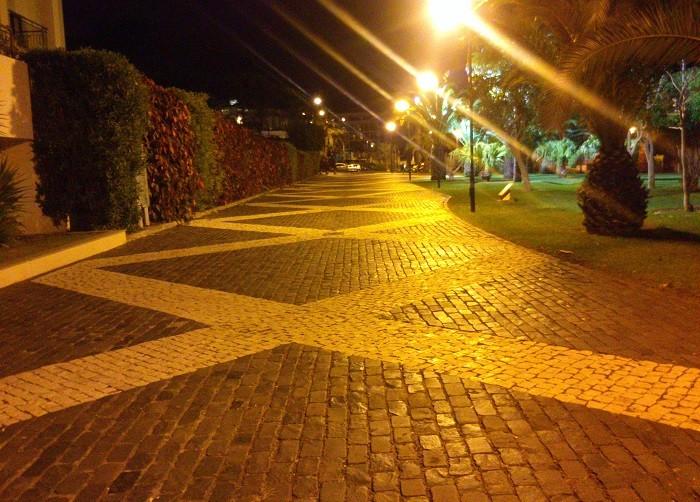 O pavimento de paralelepípedo