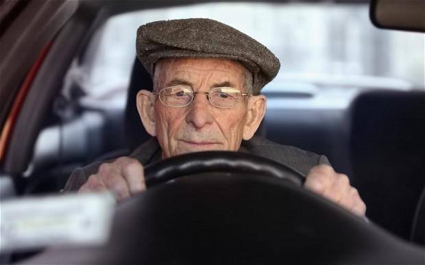 idoso a conduzir