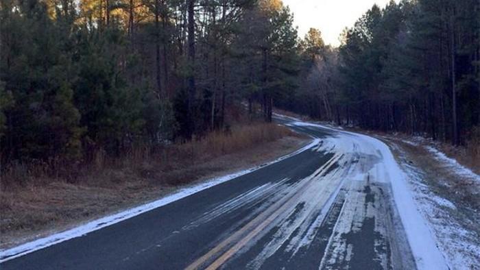 Gelo na estrada em dias de frio extremo