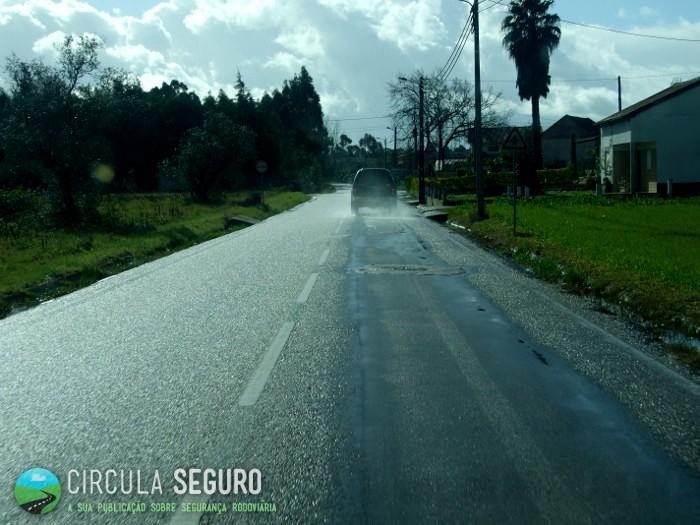 Pavimento molhado provoca aumento do perigo de acidente rodoviário