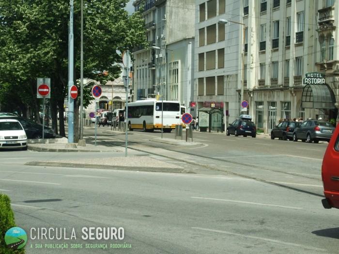 Na baixa de Coimbra há falta de marcas rodoviárias que condicionam a segurança do trânsito no local