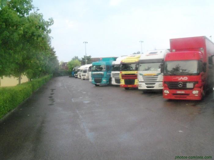 Camiões no trânsito intenso das férias rodoviárias (2)