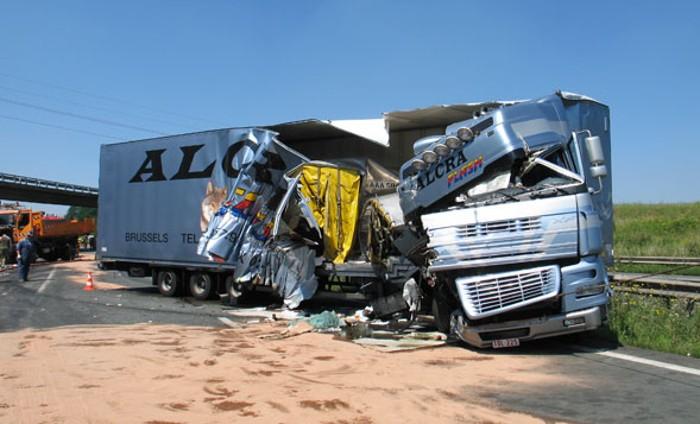 Camiões no trânsito intenso das f+erias rodoviárias