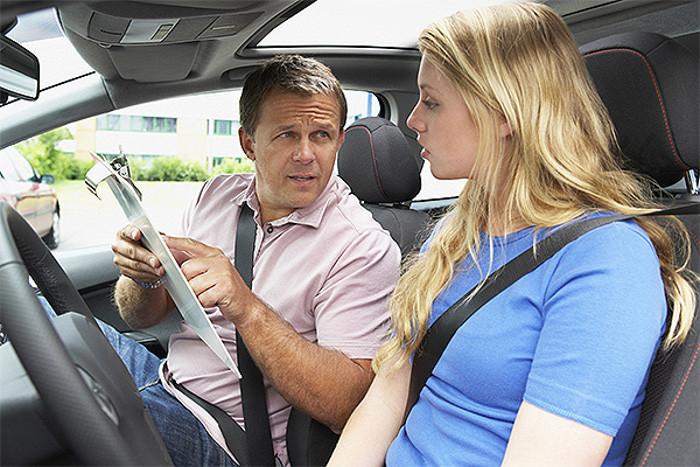 Escola de condução e o marketing associado ao veículo adequado ao ensino da condução