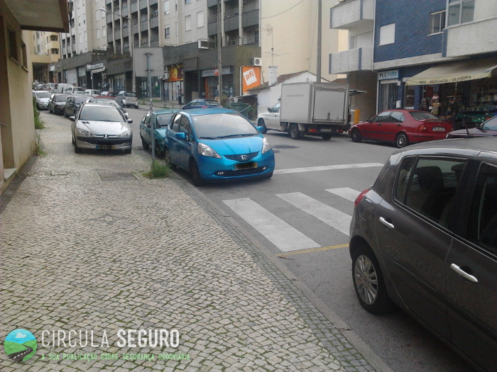 Estacionamento irregular, coloca em perigo os peões
