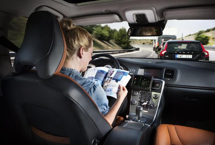 Ler enquanto conduz não é a melhor solução