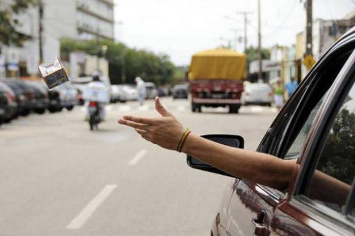 Mantenha as mãos e os pés dentro do veículo enquanto circula