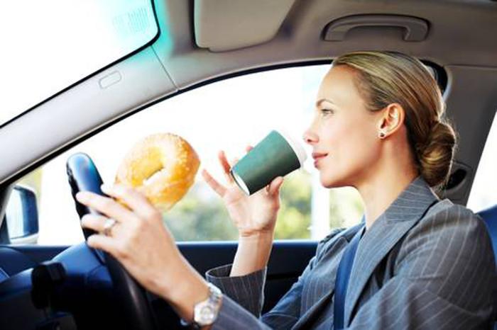 Os perigos que ocorrem quando comemos enquanto conduzimos