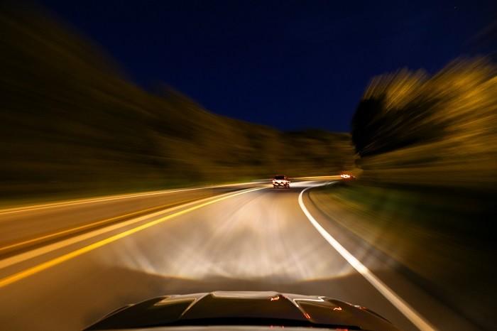 Sugestões para reduzir as dificuldades de conduzir à noite