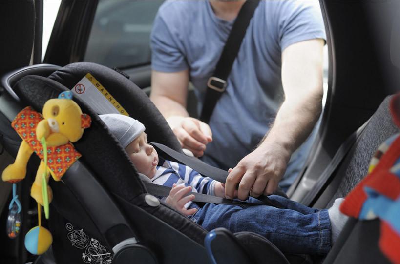 Qual a melhor maneira de levar um bebé recém nascido de carro?