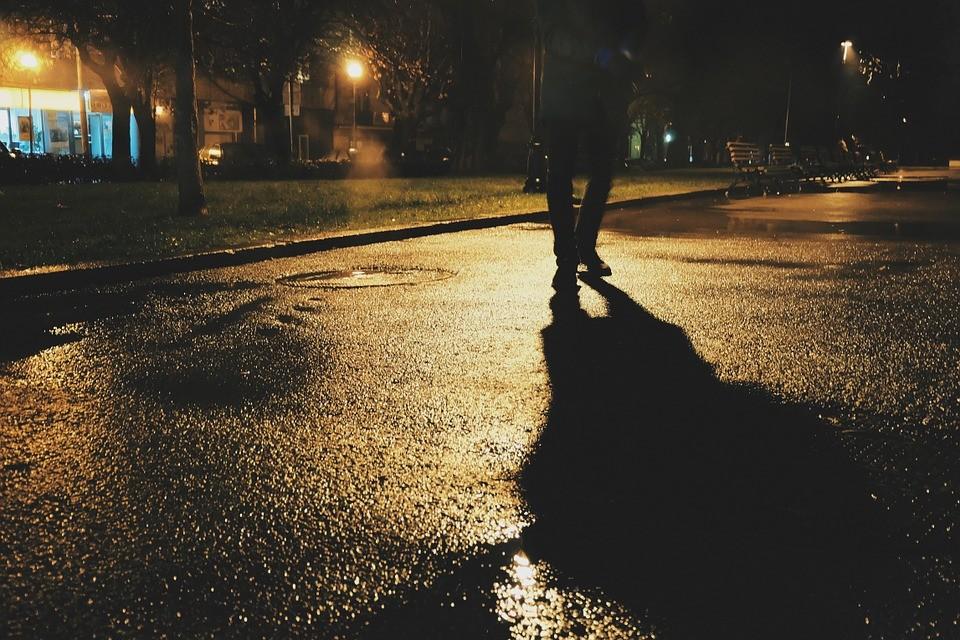 Noite, peões, estrada, perigos