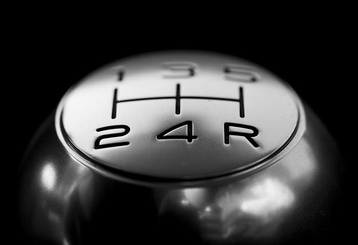 Conduzir em ponto morto poupa combustível?