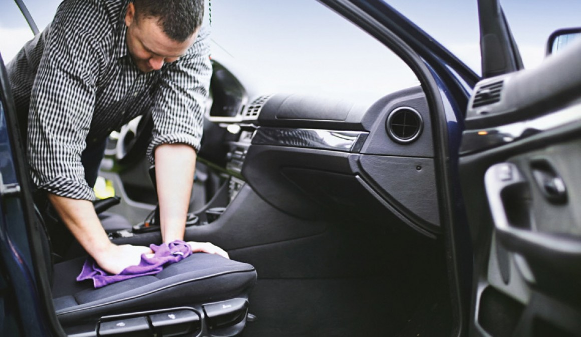 Como limpar manchas de vomitado e mau cheiro do interior do carro?
