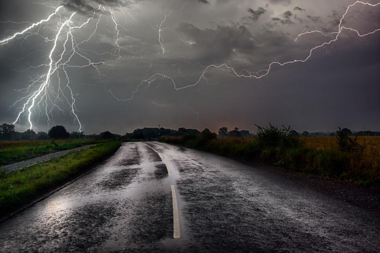 Conduzir na tempestade: Pode cair um raio no seu carro?