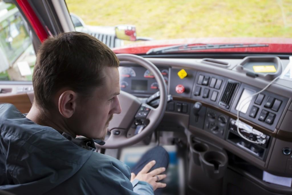 Mãos no volante: os maus hábitos nos pesados