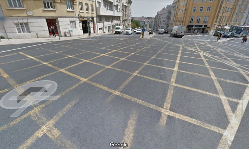 Já ficou parado no meio de um cruzamento a impedir a circulação dos outros veículos?