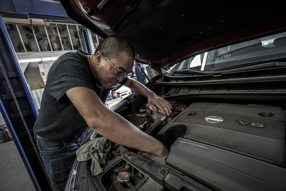 Que temperatura deve atingir o óleo do motor para que funcione em condições?
