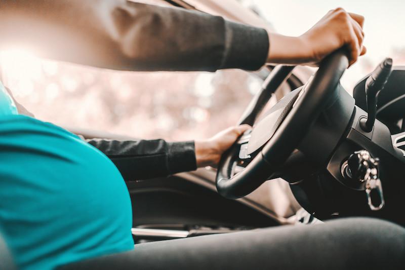 Guia para uma grávida colocar o cinto de segurança