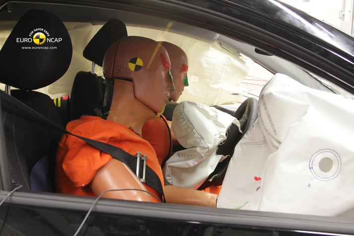 Crash tests: Serão os carros mais seguros para os homens do que para as mulheres?