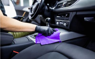 Sabe como limpar plásticos encardidos do interior seu carro?
