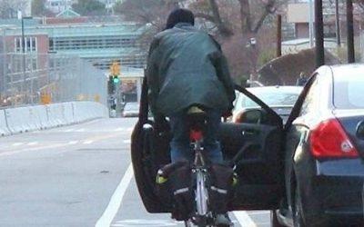 Evite o «dooring»: entre e saia do carro de forma segura