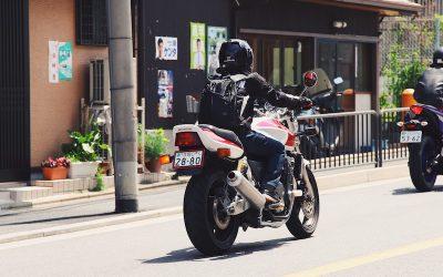 Quedas de moto: A influência da velocidade e obstáculos