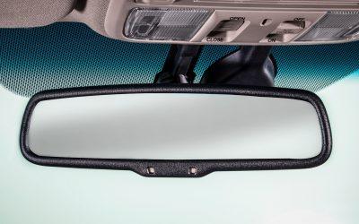 O que é um espelho retrovisor eletrocromático ou anti-encandeamento?
