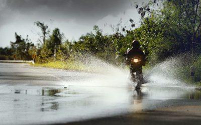 Como conduzir de moto com chuva