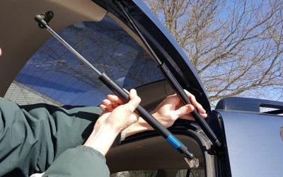 Mudar os amortecedores da bagageira do carro é fácil e barato